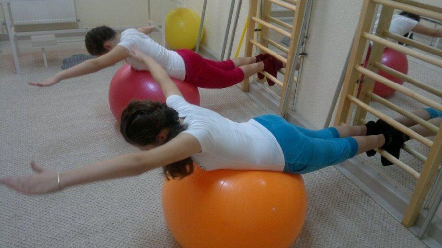 Упражнения для детей на мяче