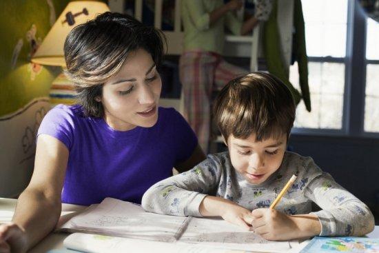 Ребенок с мамой занимаются уроками