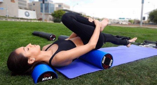 Упражнения с валиком под спиной