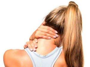 Боль в шее у женщины